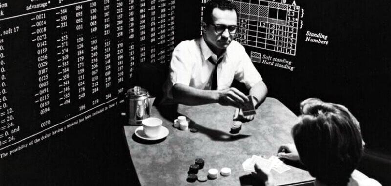 تصویری از پروفسور ریاضی ادوارد تورپ در حال آزمایش تئوری های بازی بلک جک