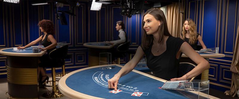 در کازینو زنده تصاویر ویدئویی دیلر از طریق اینترنت برای قماربازها پخش می گردد