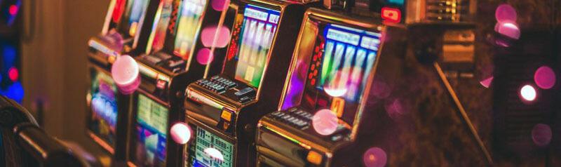 اسلات ماشین ها دستگاه هایی هستند که برای به اجرا در آوردن و شرط بندی در بازی های قمار اسلات استفاده می شوند