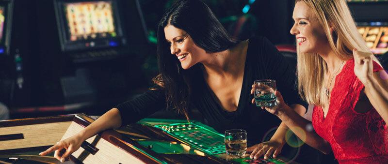 کازینو خدمات و نوشیدنی ها یا حتی غذاهایی را بصورت رایگان و برای جذب بازیکن ارائه میدهد