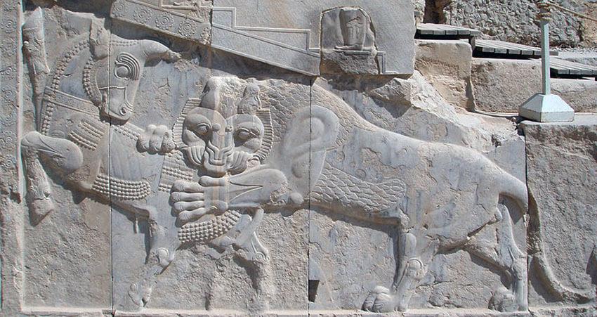 نمادی از نوروز  در تخت جمشید: در روز نخست نوروز، نیرو و توان شیر و گاو در حال نبرد برابر است. شیر نماد خورشید و گاو نماد زمین است.