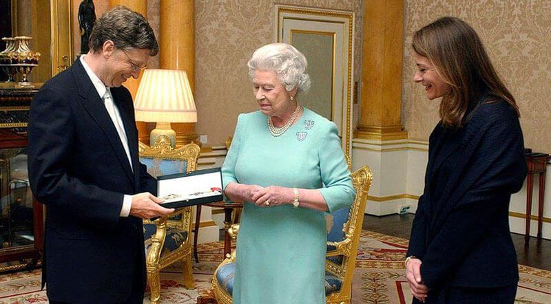 این عکس بیل گیتس را در کنار معشوقه احتمالی نه چندان سکسی، ملکه الیزابت نشان میدهد…